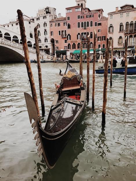 Гондола в канале венеции Premium Фотографии