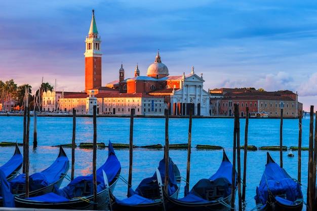 ヴェネツィアの日没時の大運河のゴンドラ 無料写真