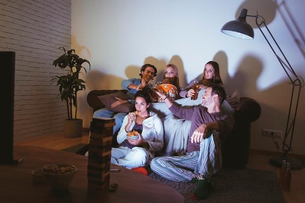 Good friends having a movie night Premium Photo