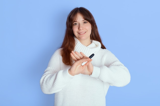 Красивая девушка отказывается от электронной сигареты, показывая жест стоп ладонями Бесплатные Фотографии