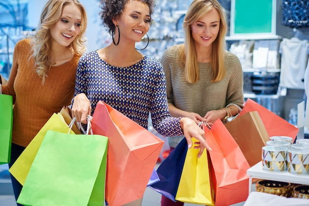Buon umore delle ragazze nel centro commerciale Foto Gratuite