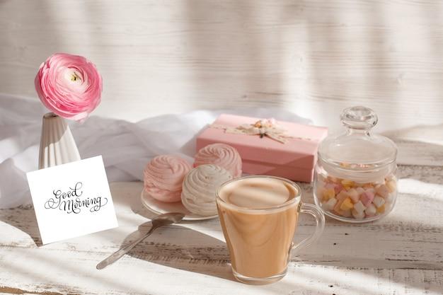 Доброе утро поздравительная открытка, чашка кофе, макароны и конфеты Premium Фотографии
