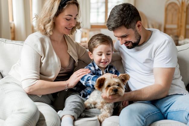 Хорошие родители играют со своим сыном и собакой Бесплатные Фотографии