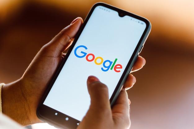 スマートフォンに表示されたgoogleロゴの表示 Premium写真
