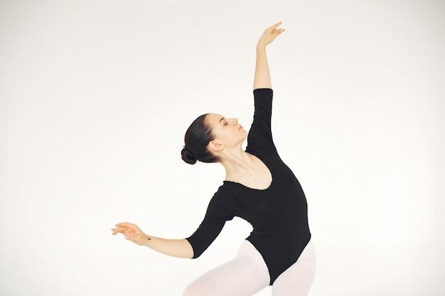 화려한 발레 댄서. 포인트 발레리나. 무료 사진