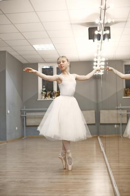 Bellissima ballerina. ballerina in punta. Foto Gratuite