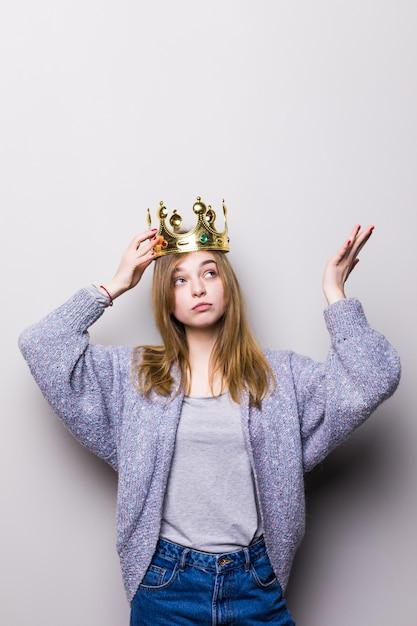 頭に王冠を保持している豪華な女の子 無料写真
