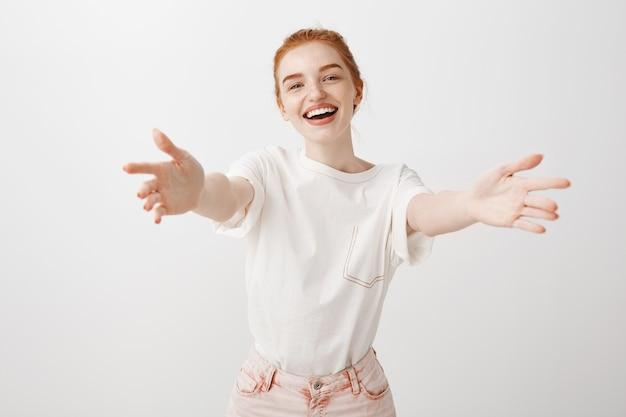 Splendida ragazza rossa che raggiunge le mani in avanti per un abbraccio Foto Gratuite