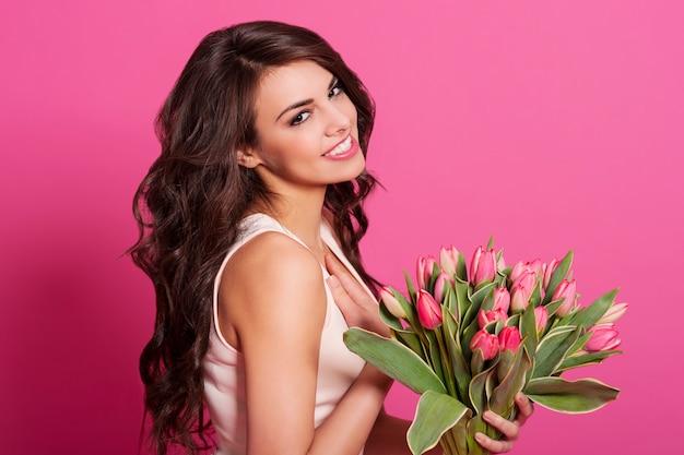 화려한 여자는 봄 꽃다발에 감사합니다 무료 사진