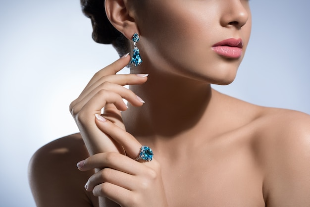 Gorgeous woman with precious jewelry in studio Premium Photo
