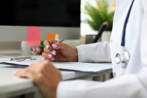 ワーキングテーブルに座ってgp処方薬 Premium写真