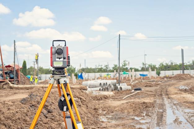 建設現場での測量機器gpsシステムまたはセオドライト屋外 Premium写真