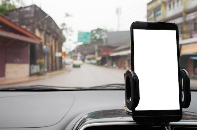 Используйте свой смартфон в автомобиле, чтобы получить маршруты gps до места назначения через деревню Premium Фотографии