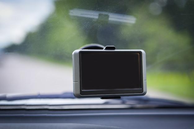ガラスの上のカーナビゲーション装置gpsを搭載したカーカメラレコーダー Premium写真