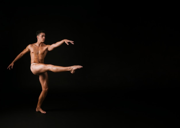 Graceful man spinning on one leg Free Photo