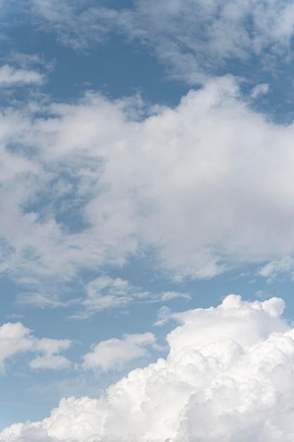 白い雲とグラデーションの青い空 無料写真