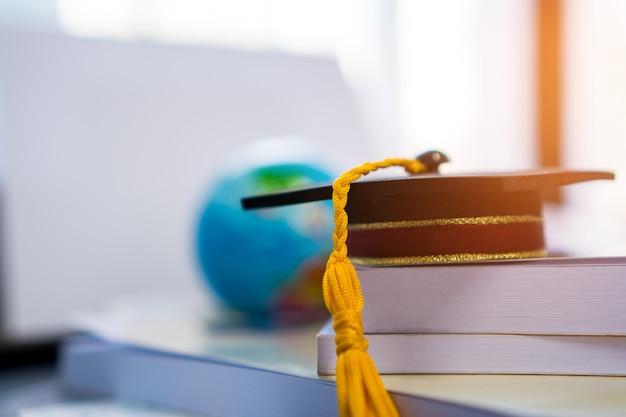 卒業または卒業大学留学の国際的な概念的な、ボスのマスターキャップ Premium写真