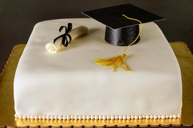 모자와 졸업장 장식 졸업 케이크 프리미엄 사진
