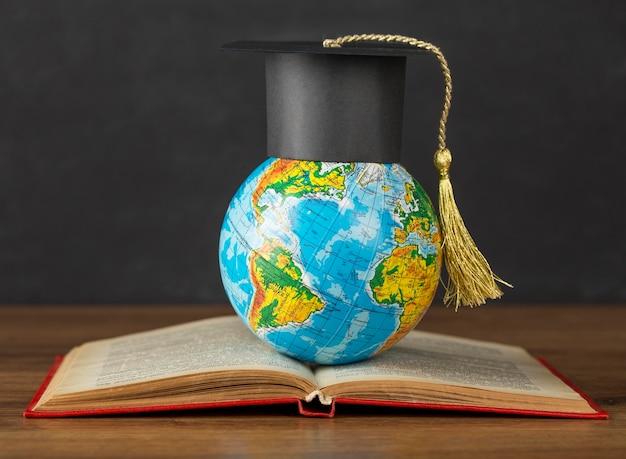 地球儀の卒業帽 無料写真