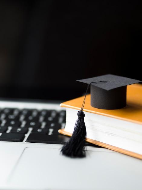 本の山に卒業の帽子 Premium写真