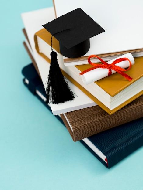 赤いリボンと本の山に学術の帽子と卒業証書 Premium写真