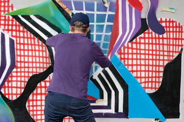낙서 예술가 벽에 다채로운 낙서 그림 프리미엄 사진