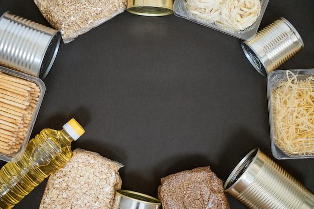 Зерна на черном фоне, концепция пожертвования Premium Фотографии