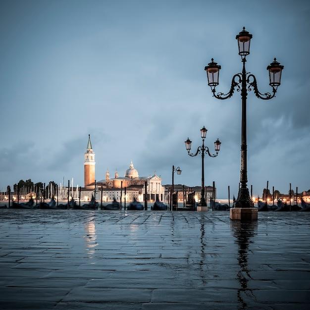 曇りの日、ヴェネツィア、イタリアの大運河。 Premium写真
