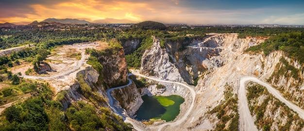 日没時の鉱石鉱山の過去からの観光名所のグランドキャニオンビューポイント Premium写真