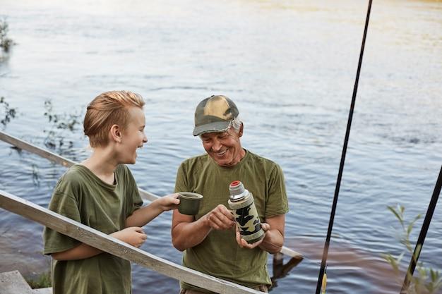 祖父と少年が一緒に釣り 無料写真