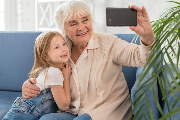 祖母と少女の自撮り 無料写真