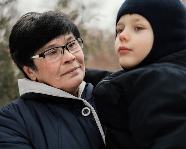 Бабушка и внук на улице зимой Бесплатные Фотографии