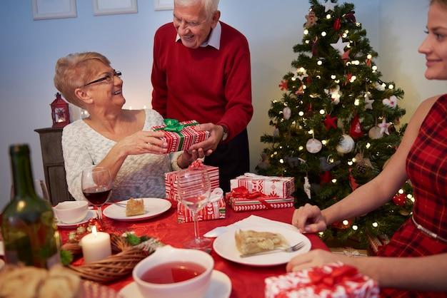 Nonna che riceve un regalo da suo marito Foto Gratuite