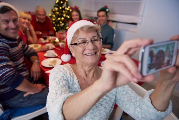 Nonna che cattura foto di tutta la famiglia Foto Gratuite