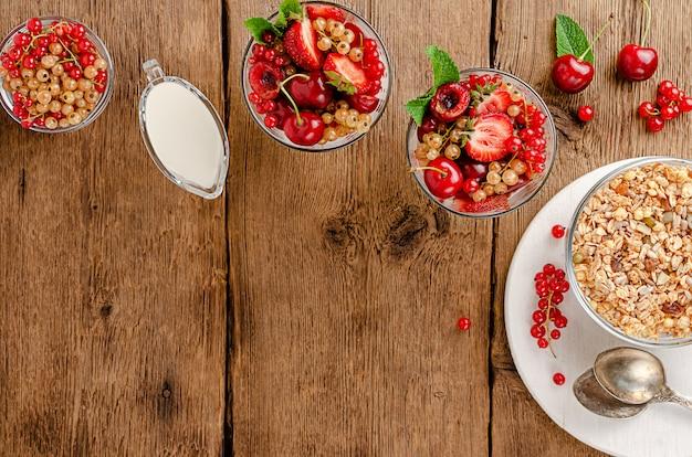 木製の新鮮な果実とグラノーラ Premium写真