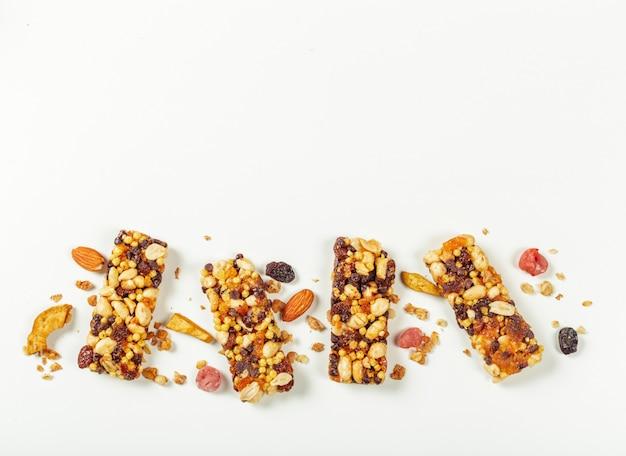 Бары granola изолированные на белой поверхности. Premium Фотографии