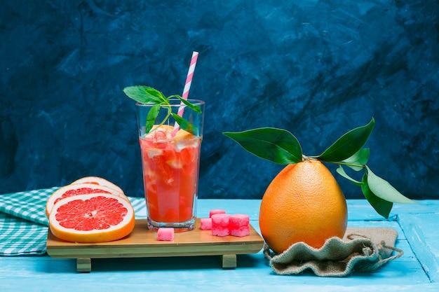 Грейпфрут и напиток с тканью для пикника Бесплатные Фотографии