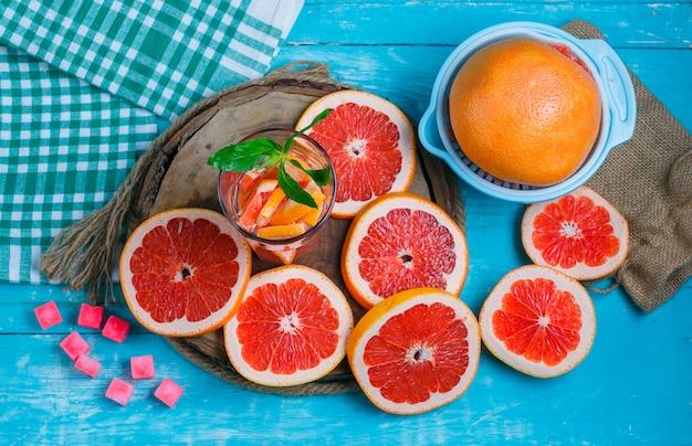 Ломтики грейпфрута с кубиками сахара и напитком Бесплатные Фотографии