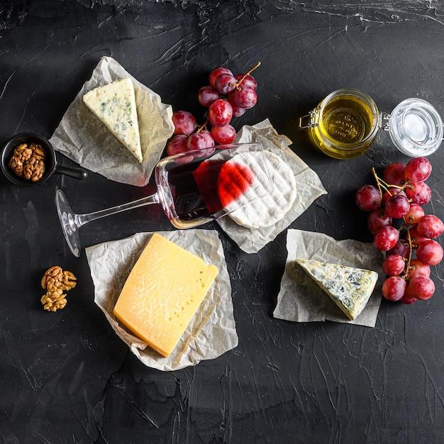 Виноград, красное вино, сыры, сыр бри Premium Фотографии