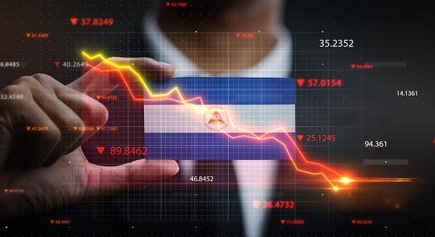 ニカラグアの旗の前で落ちるグラフ。危機の概念 Premium写真