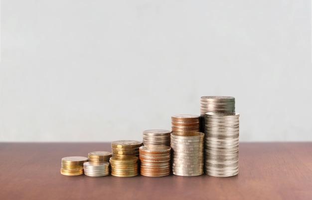 グラフ株式市場。スタック上のコインの山。投資と貯蓄の概念 Premium写真