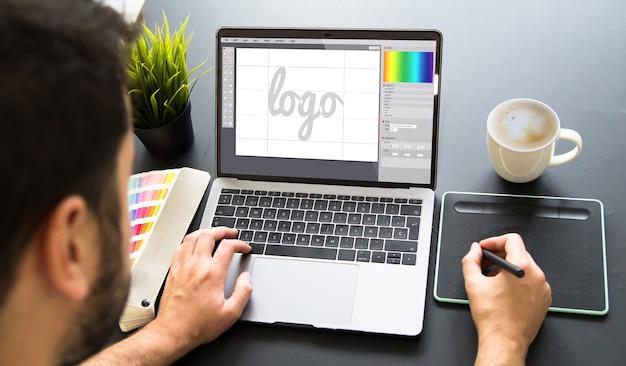 Графический дизайнер, работающий на ноутбуке Premium Фотографии