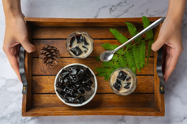 Grass jelly topped with caramel Free Photo