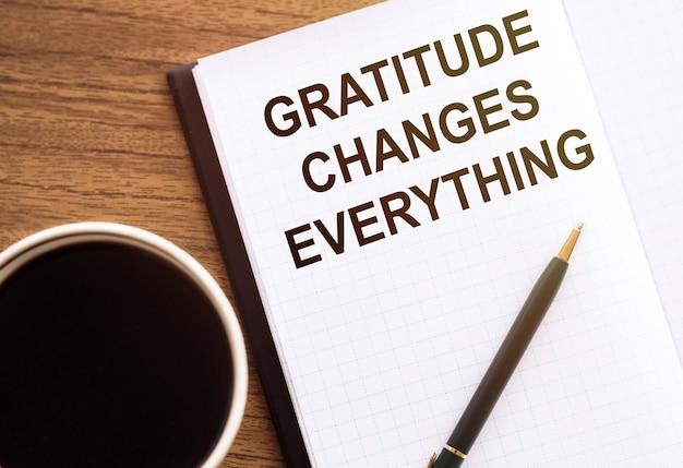 感謝の気持ちがすべてを変える-テーブルの上のノートに書く動機 Premium写真