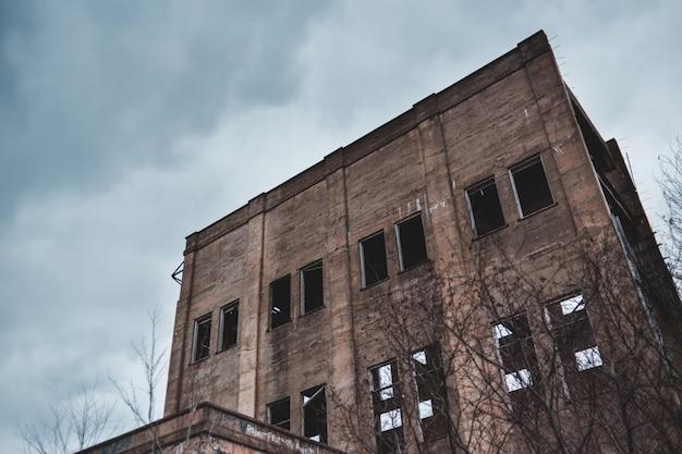 Серое заброшенное здание Бесплатные Фотографии