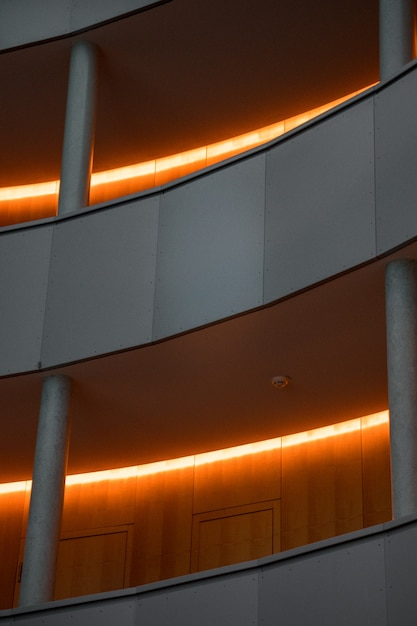 Edificio grigio con luci del corridoio accese Foto Gratuite
