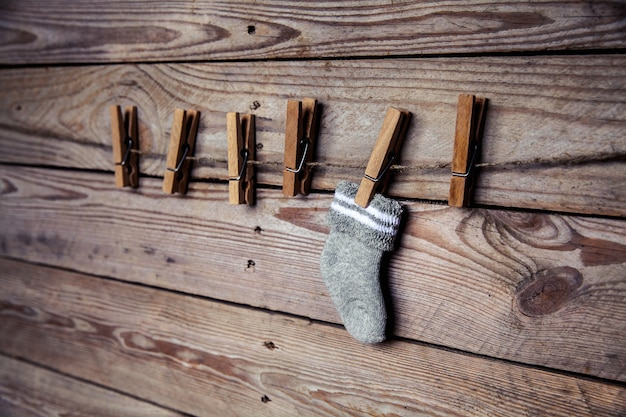 Серый носок с прищепкой на деревянной и Premium Фотографии