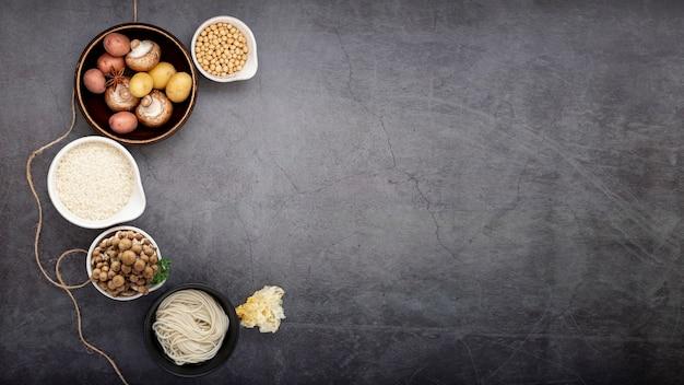 グレーの背景に麺grayとキノコのボウル 無料写真