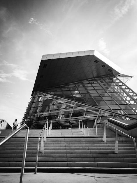 ガラス建築のグレースケール写真 無料写真