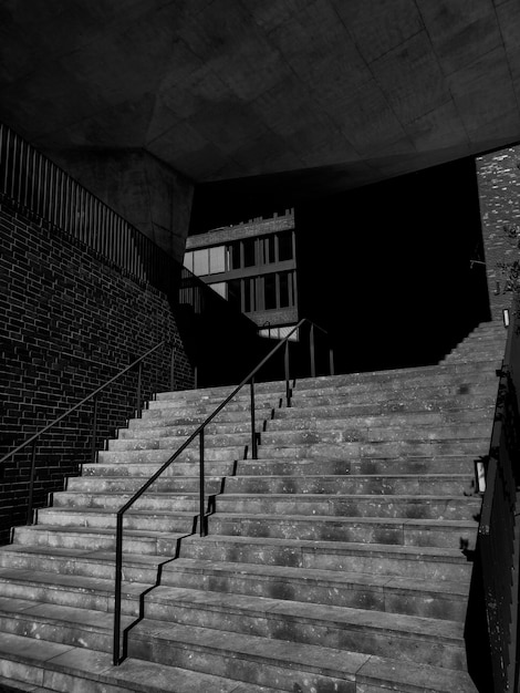 コンクリート階段のグレースケール写真 無料写真